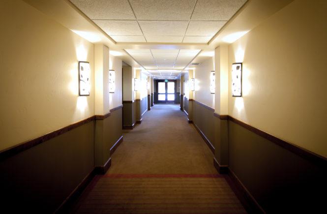 w hotelowym korytarzu krótka chwila